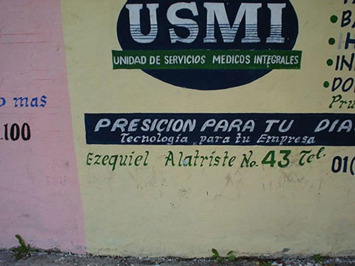 pared con cartel mal escrito