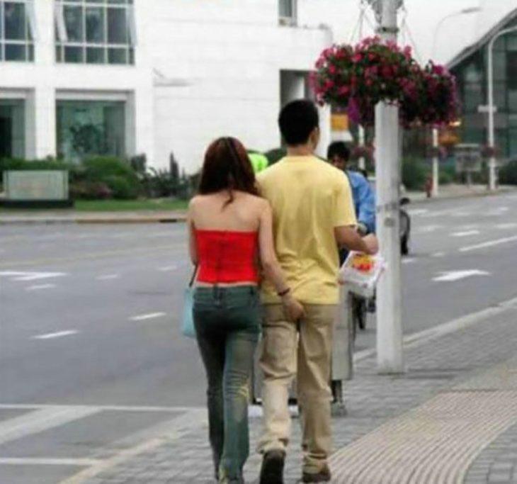 mujer agarrando las pompas de hombre