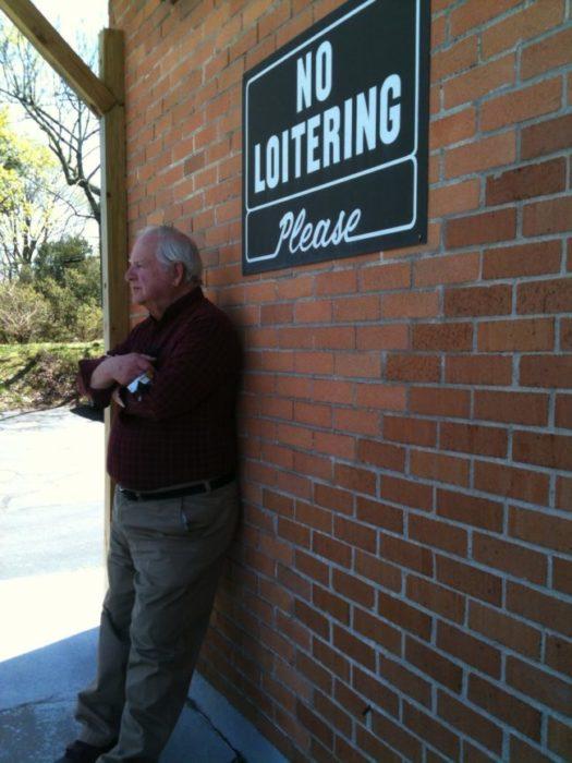 abuelo recostado en una pared