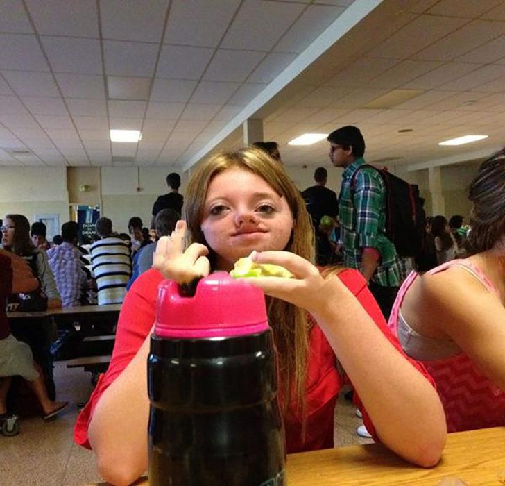 muchacha comiendo parando el dedo de enmedio