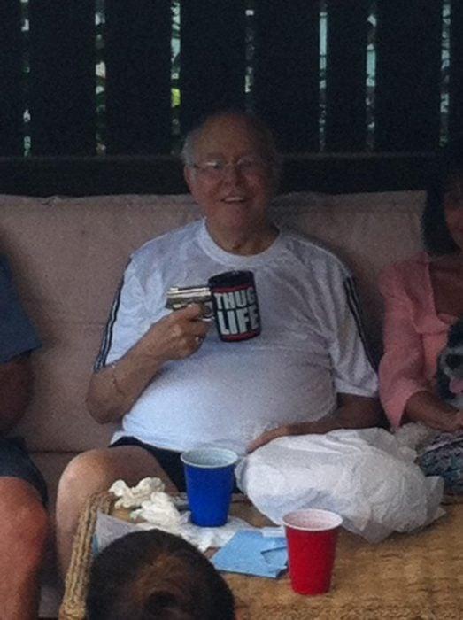 abuelo sostiene una taza que parece una pistola