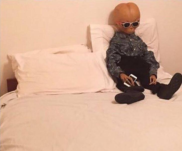 extraterrestre en una cama