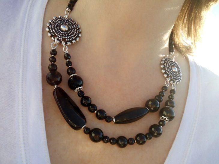 collar con ornamentos hechos en plata