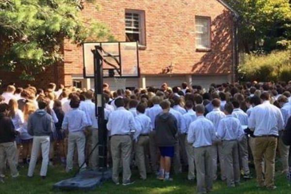 Mas de 400 alumnos se reunieron para apoyar a su maestro