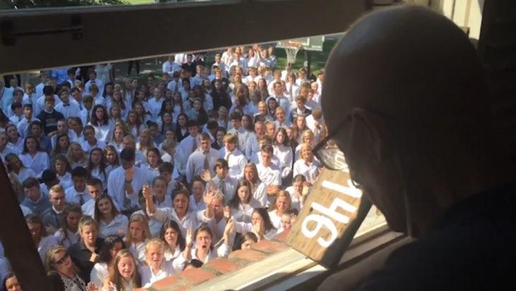 400 alumnos van a visitar a su maestro y a cantar alabanzas en su patio