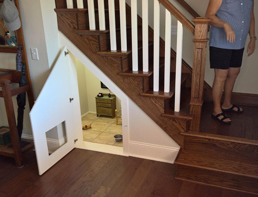 Mujer acondiciona cuarto bajo las escaleras para su perro - Escaleras para perros ...