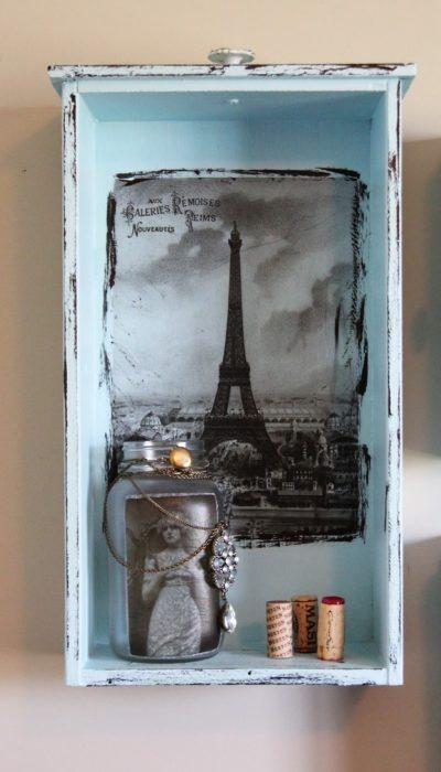 cajón azul con decoración de París