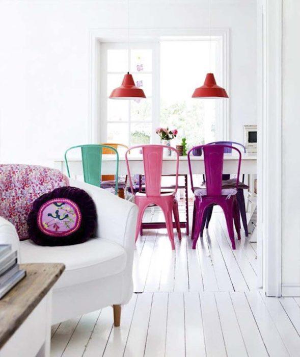 mesa con sillas de colores