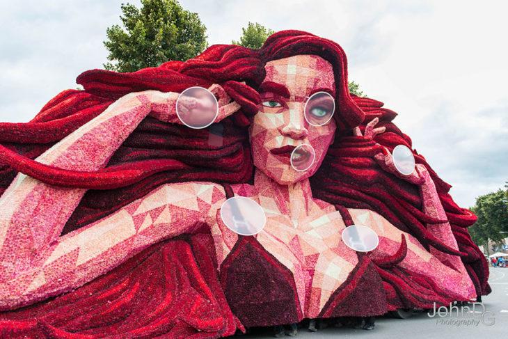 Gigantes esculturas florales - Mujer de rojo