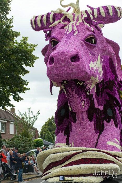 Gigantes esculturas florales - Dragon morado
