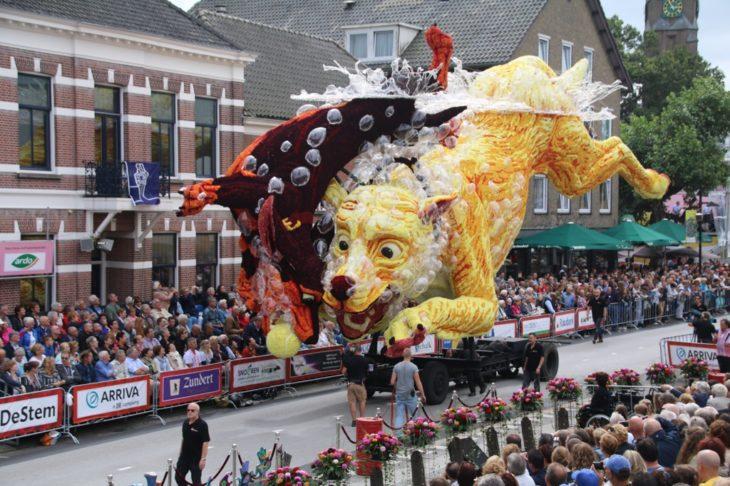 Gigantestas esculturas florales - Perro jugando