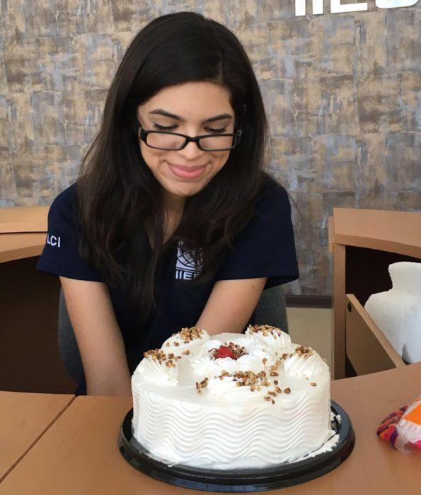 Enamórate de... chica viendo un pastel