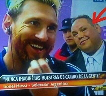 Enamórate de... hombre viendo a Messi