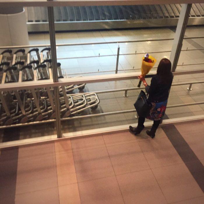 Enamórate de... Mujer esperando en el aeropuerto