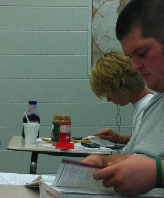 Chico esta en clase comiendo mantequilla de maní