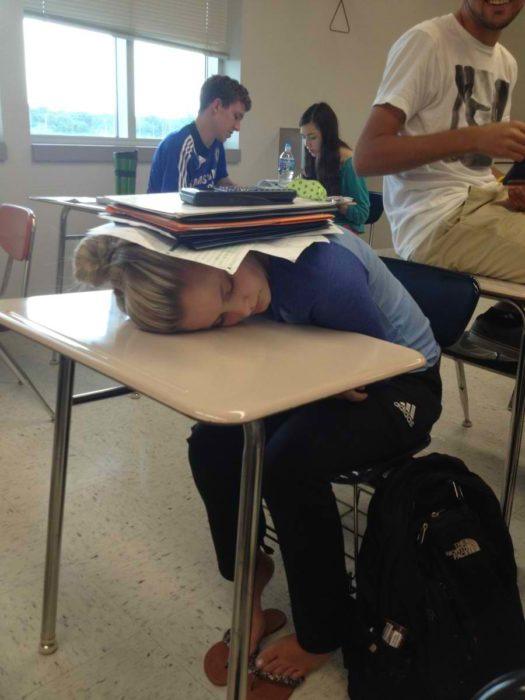 Alumna se duerme y sus amigos ponen encima de ella sus libros