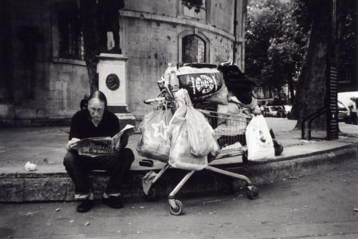 Una persona con todas sus pertenencias en la vida, después de haber quedado en la calle completamente