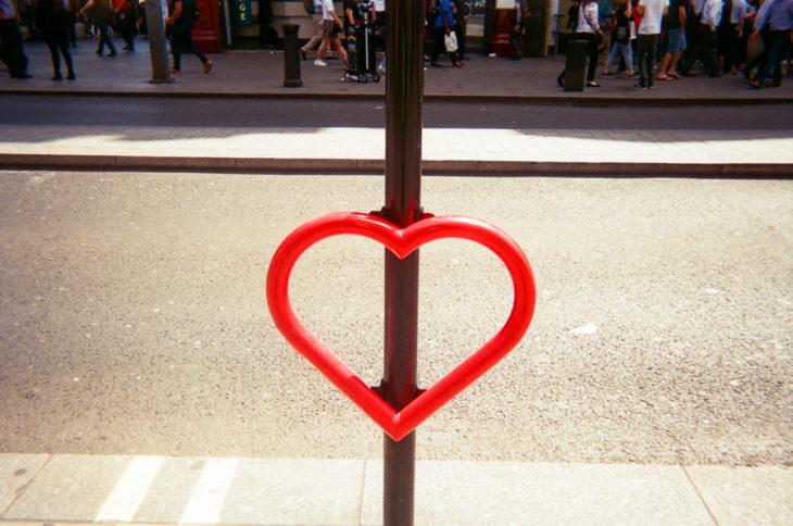 lugar donde se colocan las bicicletas en londres con forma de corazón
