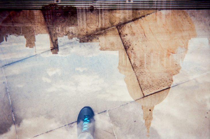 Reflejo de una catedral sobre un charco, no encontró mejor momento para reflejar su fe