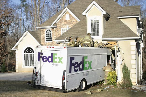 Camión de Fedex chocó con una propiedad