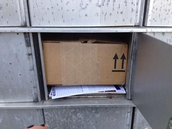 Paquetería atorada en un buzón