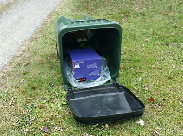 """Paquetería """"escondida"""" en el bote de basura"""