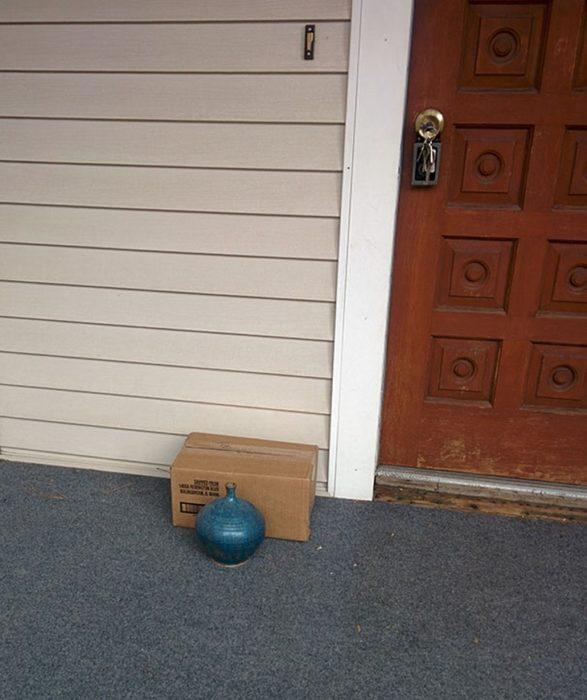 """Paquete """"escondido"""" detrás de un pequeño jarrón"""