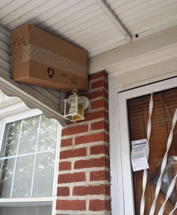 Paquete escondido en el techo de una casa