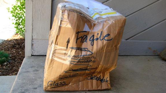 Paquetería toda doblada y dice fragil