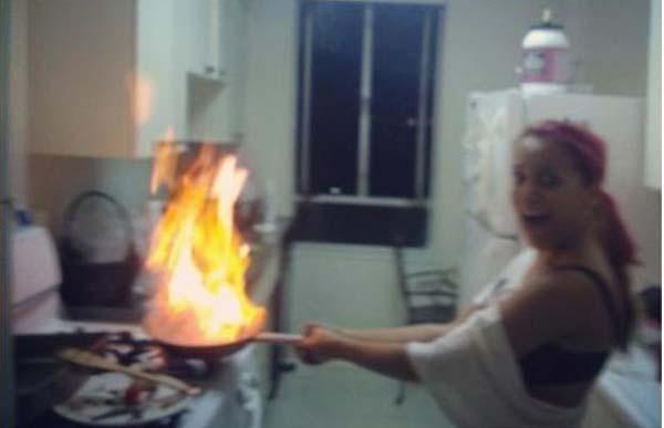 Fails en la cocina - Mujer con un sarten ardiendo