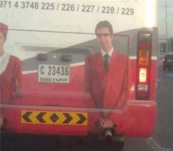 Camión enDubai con foto de un hombre y el escape está en un lugar inapropiado