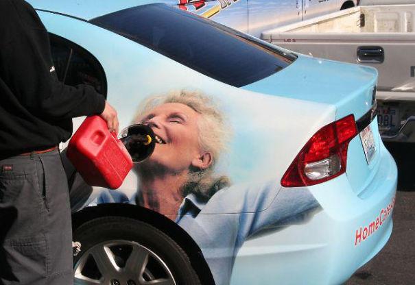 Publicidadd en un carro, una mujer anciana feliz, su boca queda justo donde se echa la gasolina