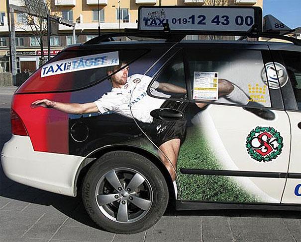 Publicidad de futbolista pateando un balón pegada en un carro la manija queda en un lugar inapropiado