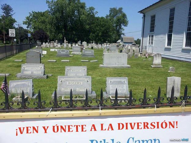 Letrero afuera del cementerio que dice: únete a la diversión