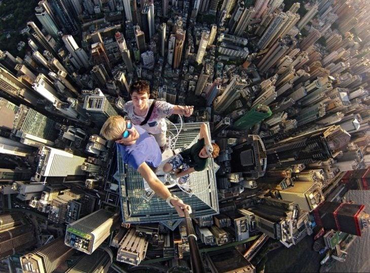 Fotos impresionantes y hermosas. tres jovenes en un rascacielos
