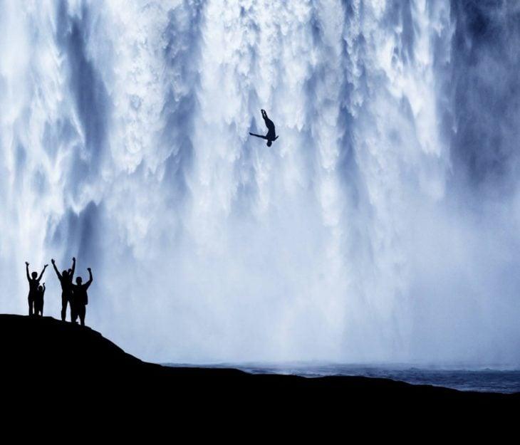 Fotos impresionantes y hermosas. HOmbre arrojándse de una cascada
