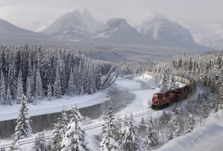 Fotos impresionantes y hermosas. Tren en medio de un paisaje nevado