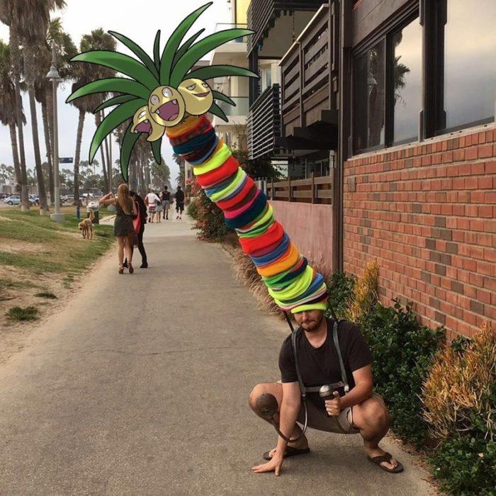 hombre con una piña de los pokemon go
