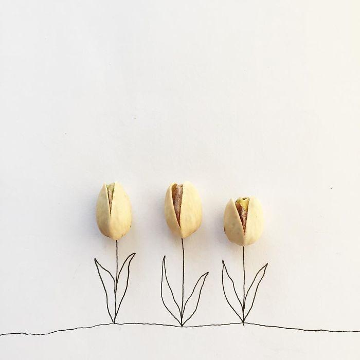 un par de tulipanes floreciencdo