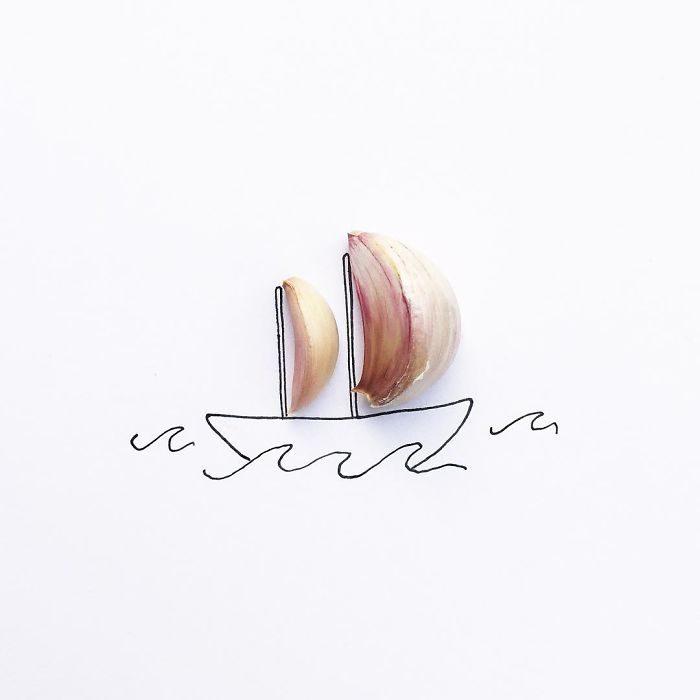 un barco con dos velas hechas de ahjo