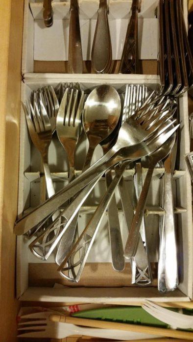 cucharas desordenadas en un caón