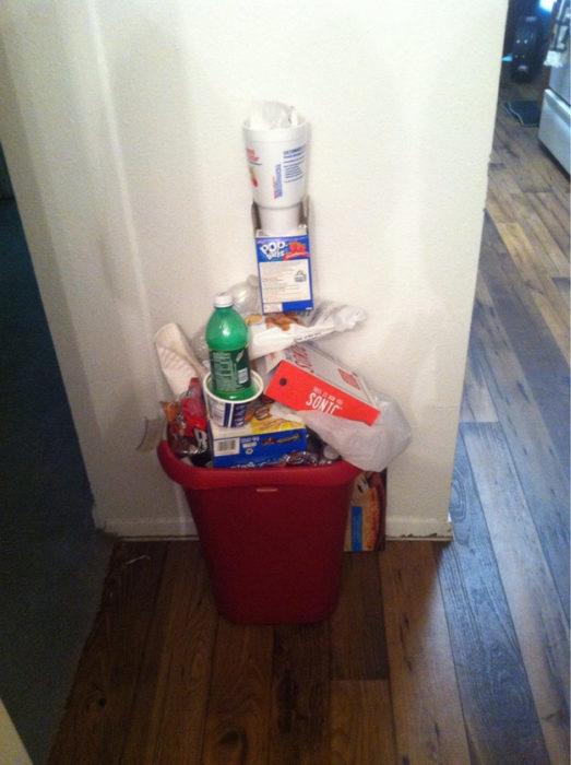 bote de la basuta lleno de basura como si fuera jenga