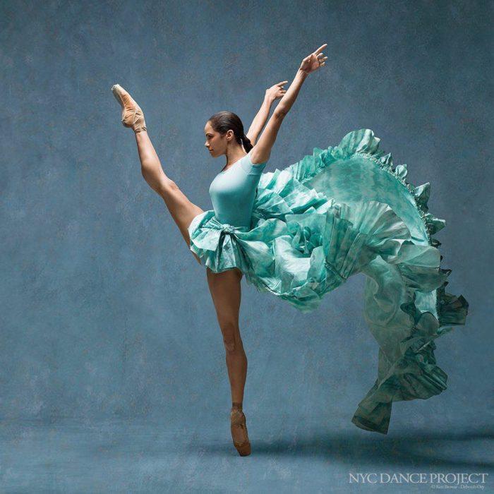 bailarina con traje verde turqueza