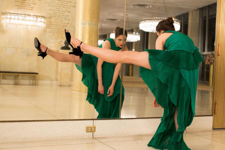 Margaret frente al espejo en pose extraña- comercial de Kenzo