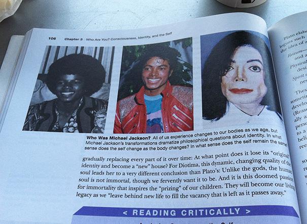 Cosas graciosas en libros de texto - libro de filosofía con la vida de Michael Jackson