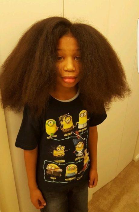 Niño dona su cabello - con su cabello largo