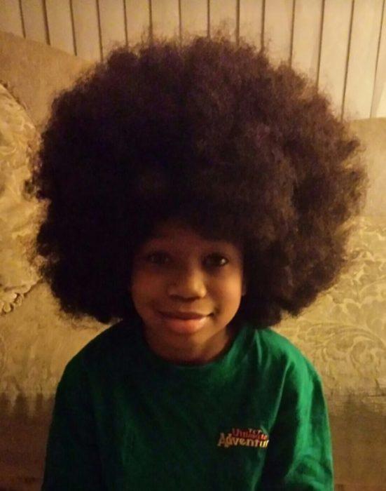 Niño dona su cabello - afro