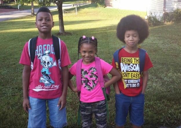Niño dona su cabello - tres niños uno con afro