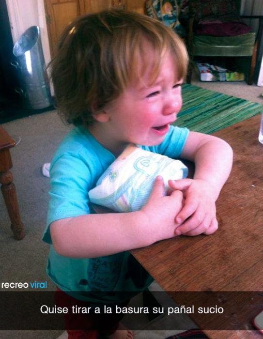 niño llora porque quieren tirar su pañal cochino