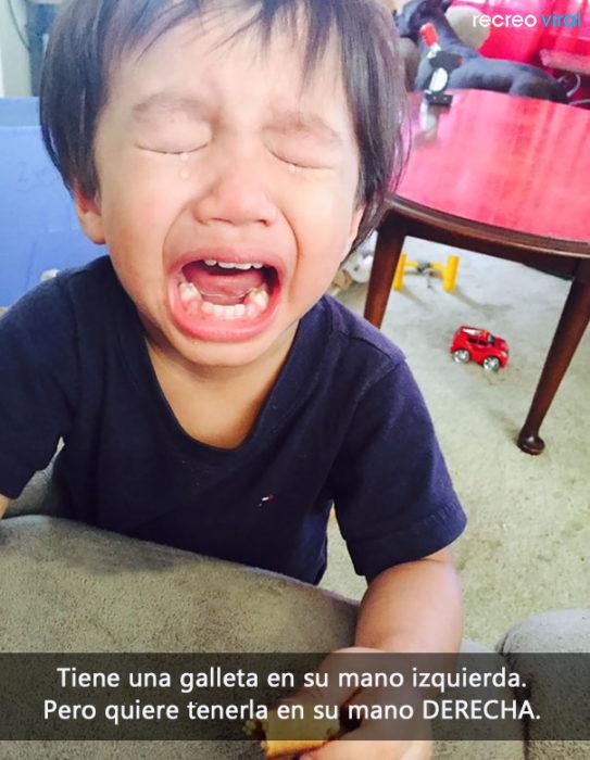 niño llora porque tiene una galleta